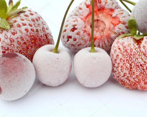 Замороженные ягоды клубники и вишни