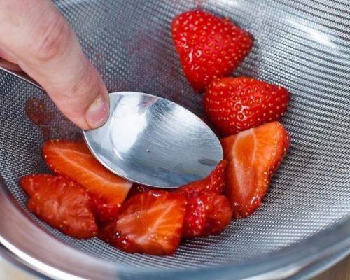 2) Две трети ягод растирают через сито
